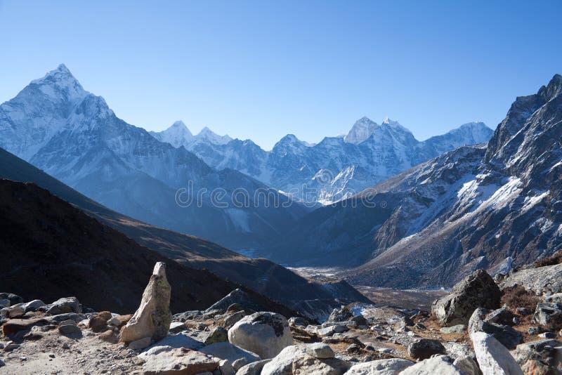 Το Ama Dablam τοποθετεί την άποψη από το πέρασμα βουνών στον τρόπο σε Everest Β στοκ φωτογραφία με δικαίωμα ελεύθερης χρήσης