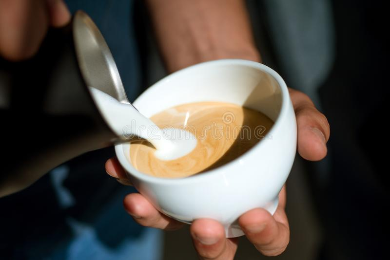 Το Americano ή το espresso latte, χύνει το γάλα το barista χύνει το γάλα στο ποτό καφέ Ξοδεύοντας το μεγάλο χρόνο στο σπίτι χαλαρ στοκ φωτογραφίες