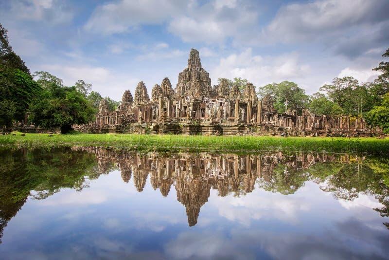 Το Angkor Thom μεταξύ του τροπικού δάσους στοκ εικόνα