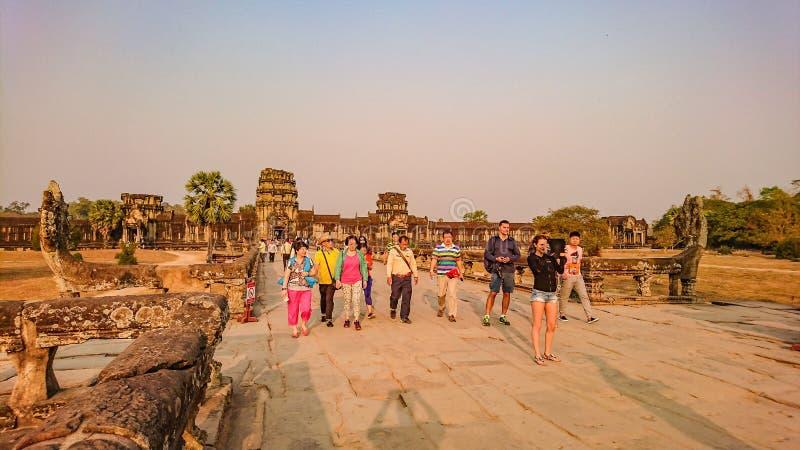 Το Angkor wat siem συγκεντρώνει με την ανατολή το πρωί και το angkor επίσκεψης τουριστών wat, siem συγκεντρώνει την Καμπότζη, κατ στοκ φωτογραφίες με δικαίωμα ελεύθερης χρήσης