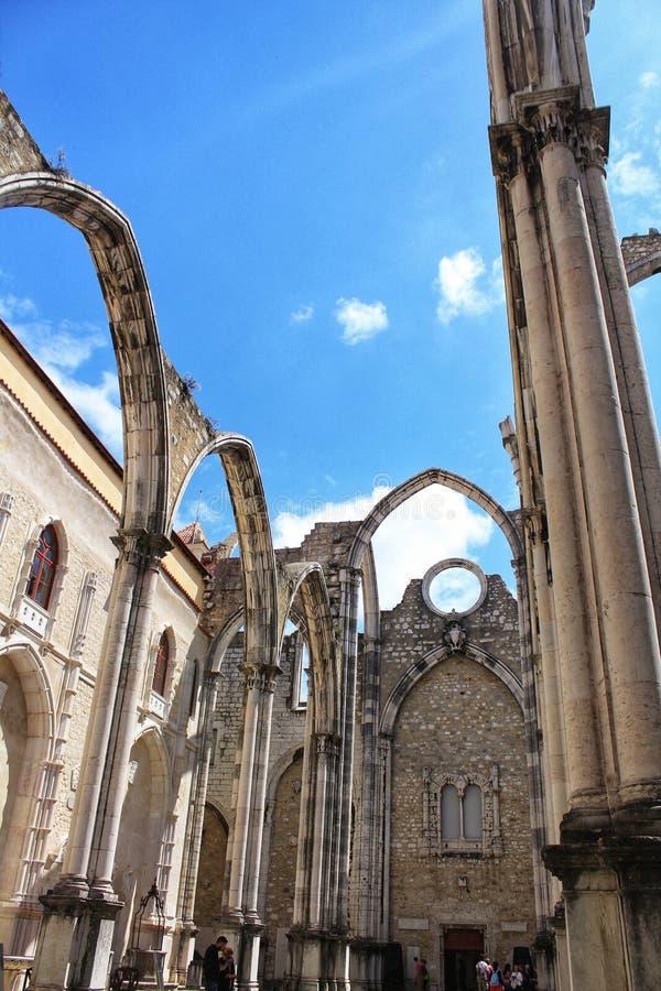 Το Arcades, οι στυλοβάτες και η πρόσοψη κάνουν τη μονή του Carmo στη Λισσαβώνα στοκ φωτογραφία