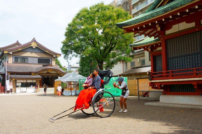 Το asakusa-Jinja των λαρνάκων Asakusa είναι η λάρνακα Shinto Ο οδηγός δίτροχων χειραμαξών κάνει τη φωτογραφία Παράδοση και νεωτερ στοκ φωτογραφίες