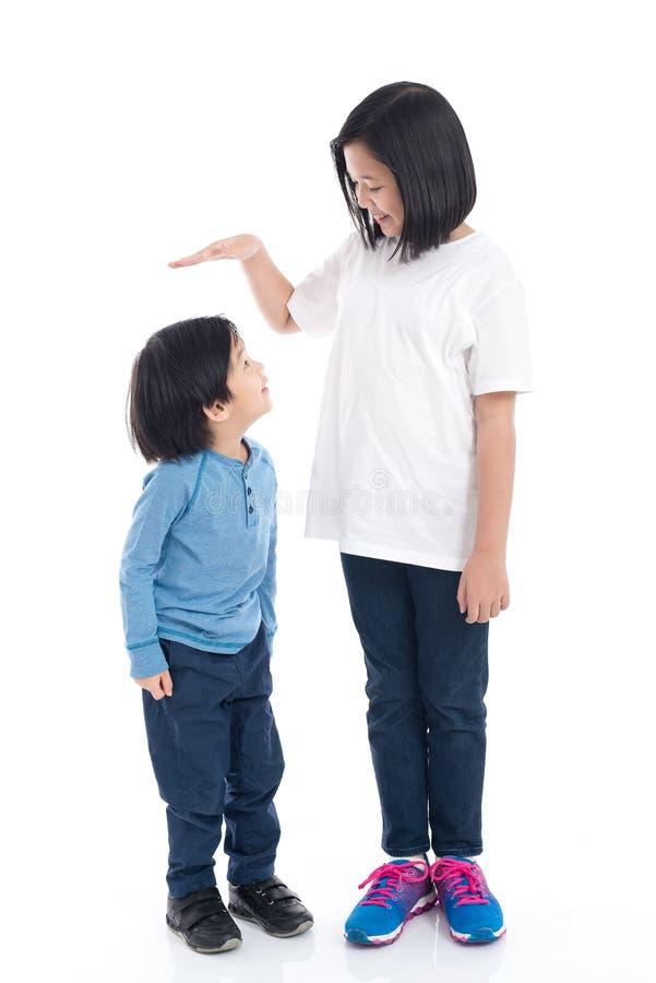 Το Asiangirl μετρά την αύξηση του αδελφού της στοκ εικόνες