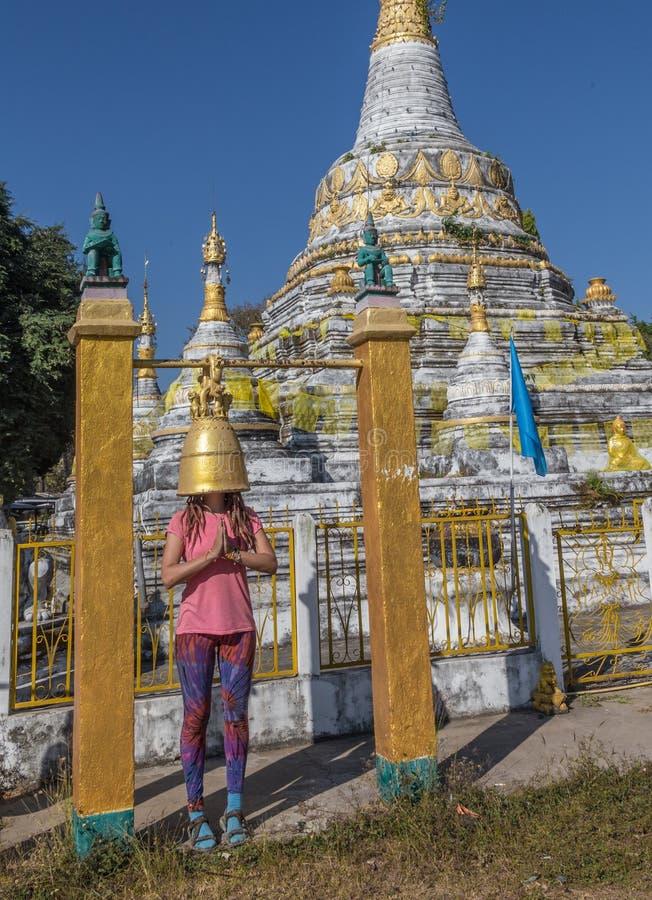 Το Backpacker που ταξιδεύει με το σακίδιο πλάτης και εξετάζει τα βουδιστικά stupas Myanmar στοκ εικόνα