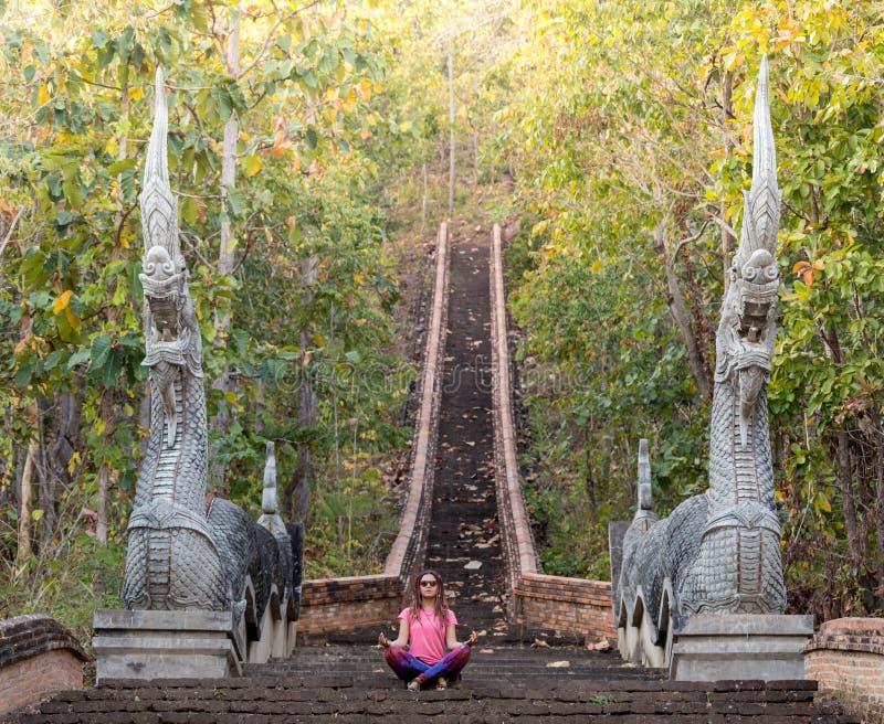 Το Backpacker που ταξιδεύει με το σακίδιο πλάτης και εξετάζει τα βουδιστικά stupas Myanmar στοκ εικόνες