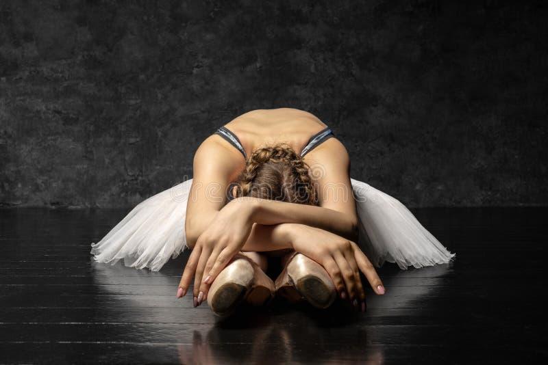 Το Ballerina καταδεικνύει τις δεξιότητες χορού Όμορφο κλασικό μπαλέτο στοκ φωτογραφίες με δικαίωμα ελεύθερης χρήσης