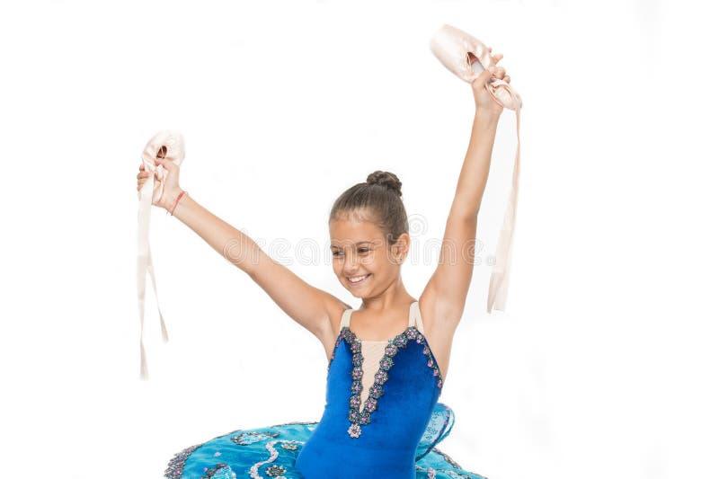 Το ballerina κοριτσιών κρατά pointe το διαθέσιμο άσπρο υπόβαθρο παπουτσιών Υπάρχουν πολλές πορείες στο μπαλέτο Το παιδί ευτυχές κ στοκ εικόνες με δικαίωμα ελεύθερης χρήσης