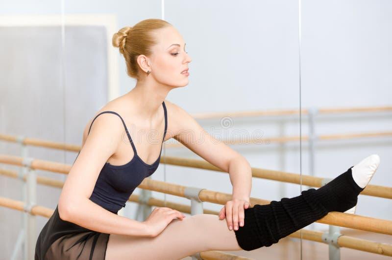 Το Ballerina τεντώνεται κοντά στην μπάρα στοκ φωτογραφίες