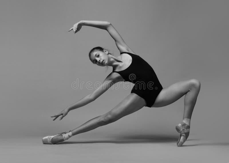 Το ballerina τεντώνεται στοκ εικόνα