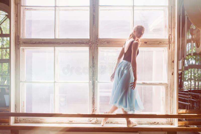 Το Ballerina χορεύει μπροστά από ένα μεγάλο παράθυρο στοκ φωτογραφία με δικαίωμα ελεύθερης χρήσης
