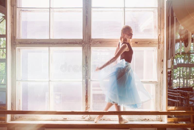 Το Ballerina χορεύει μπροστά από ένα μεγάλο παράθυρο στοκ εικόνες με δικαίωμα ελεύθερης χρήσης