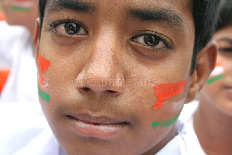 Το Balu, 11, ινδικό αγόρι Domalguda με το πρόσωπο χρωμάτισε με τα χρώματα εθνικών σημαιών στοκ φωτογραφία