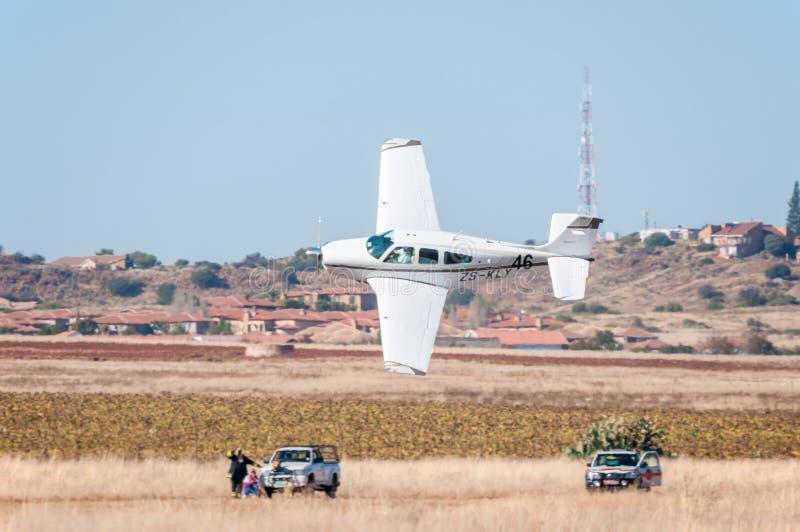 Το Beechcraft F33A απογειώνεται στους Προέδρους Trophy Air Race στοκ εικόνες