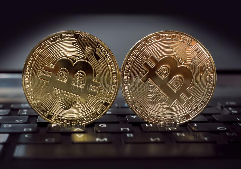 Το Bitcoin και η εργασία lap-top επιχείρηση-κατηγορίας του και φέρνουν τη συναλλαγή στοκ εικόνες