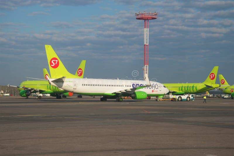 Το Boeing 737-800 vq-BKW της συμμαχίας ένα κόσμος στο αεροδρόμιο του αερολιμένα Domodedovo Μόσχα στοκ φωτογραφίες