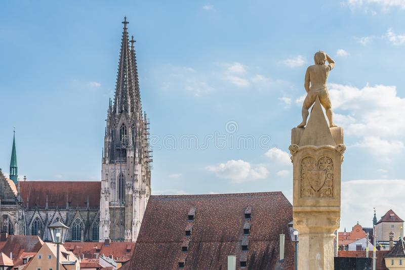 Το Bruckmandl το ορόσημο του Ρέγκενσμπουργκ κοιτάζει προς τον καθεδρικό ναό, Γερμανία στοκ εικόνες