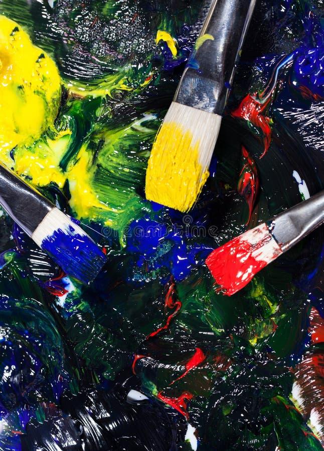 Το Brushs με τους σωλήνες του χρώματος μια παλέτα μικτή χρωματίζει στοκ εικόνες