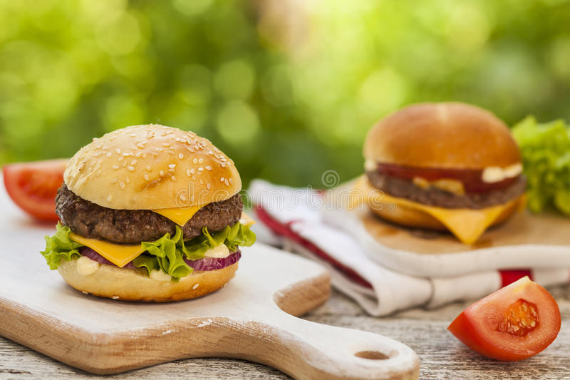 Το Burgers εξυπηρέτησε υπαίθριο στοκ φωτογραφίες με δικαίωμα ελεύθερης χρήσης