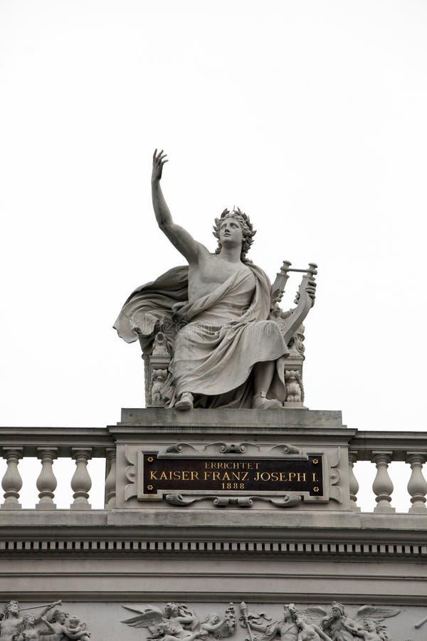 Το Burgtheater, Βιέννη, άγαλμα παρουσιάζει καθισμένο απόλλωνα στοκ εικόνες