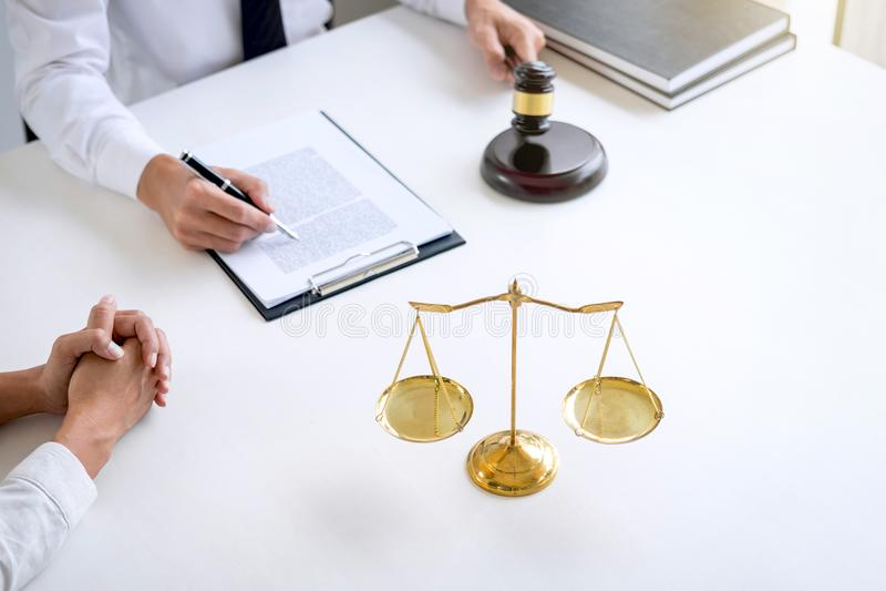 Το Businesspeople ή ο δικηγόρος που έχει τη συζήτηση συνεδρίασης των ομάδων στοκ εικόνες