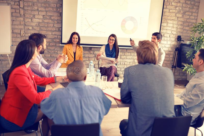 Το Businesspeople διοργανώνει την επιχειρησιακή συνεδρίαση στην επιχείρηση στοκ φωτογραφίες