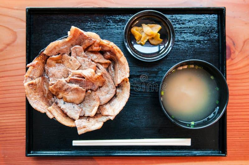 Το Buta φορά - ιαπωνικό ψημένο στη σχάρα χοιρινό κρέας στο κύπελλο ρυζιού στοκ εικόνα