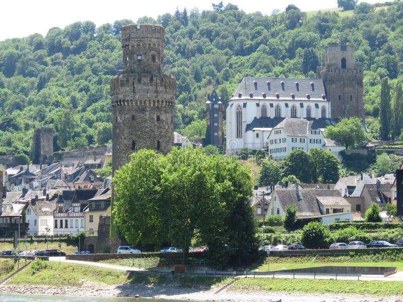 Το Castle όπως τους πύργους είναι το κυριώτερο σημείο αυτού του χωριού ποταμών του Ρήνου στοκ εικόνες με δικαίωμα ελεύθερης χρήσης