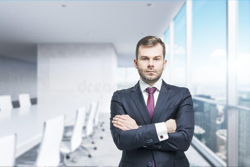 Το CEO με διασχισμένος παραδίδει τη σύγχρονη αίθουσα συνδιαλέξεων Μια έννοια της επιτυχούς επιχείρησης στοκ φωτογραφία