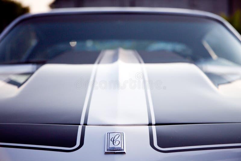 Το Chevy Camaro με τον τρύγο κουκουλών καλυπτρών φαίνεται φωτογραφία στοκ εικόνες