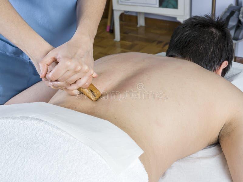 Το Chiropractor, φυσιοθεραπευτής δίνει ένα πίσω μασάζ με ένα wo στοκ εικόνες