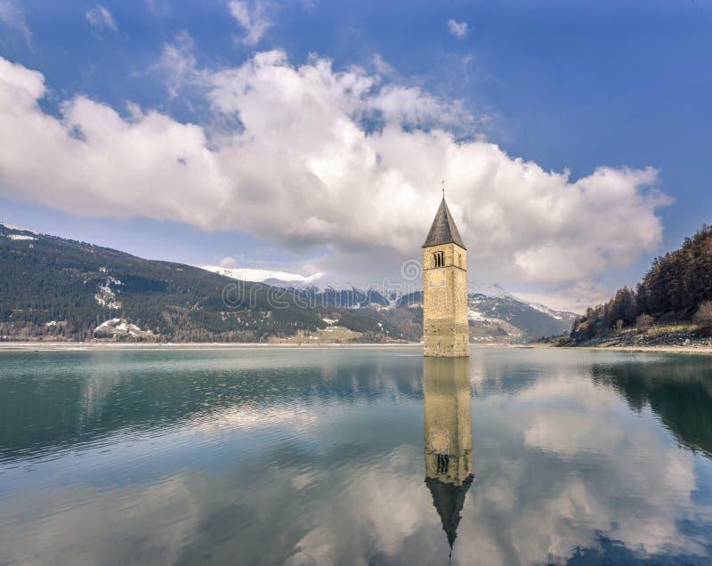Το Churchtower απεικονίζει στη λίμνη Reschen, Curon Vinosta, Vinschgau, Ιταλία στοκ εικόνες