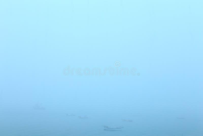 Το Chuva κανένα χαλά azul το ε OS barcos de Pesca. στοκ φωτογραφία
