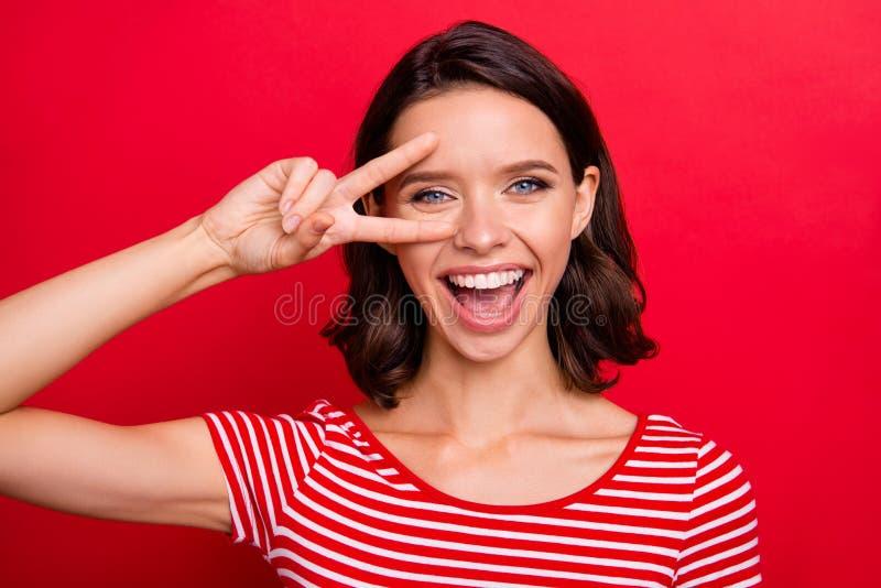Το Clolse επάνω στη φωτογραφία της γοητείας της συμπαθητικής ελκυστικής κυρίας έχει τις διακοπές να χαλαρώσουν το υπόλοιπο χαλαρώ στοκ φωτογραφία με δικαίωμα ελεύθερης χρήσης