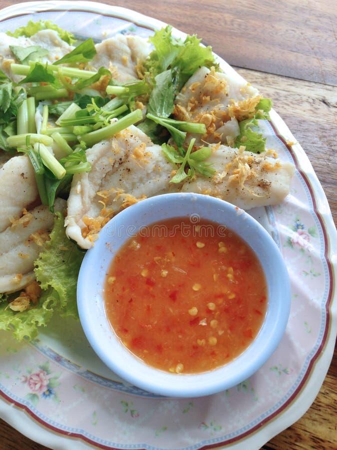Το Clsoed έβρασε επάνω την εμβύθιση ψαριών με την πικάντικη σάλτσα στοκ φωτογραφίες