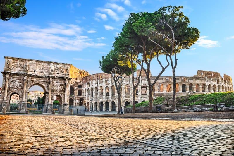 Το Colosseum και η αψίδα στο ηλιόλουστο πρωί, κανένας άνθρωπος στοκ εικόνες
