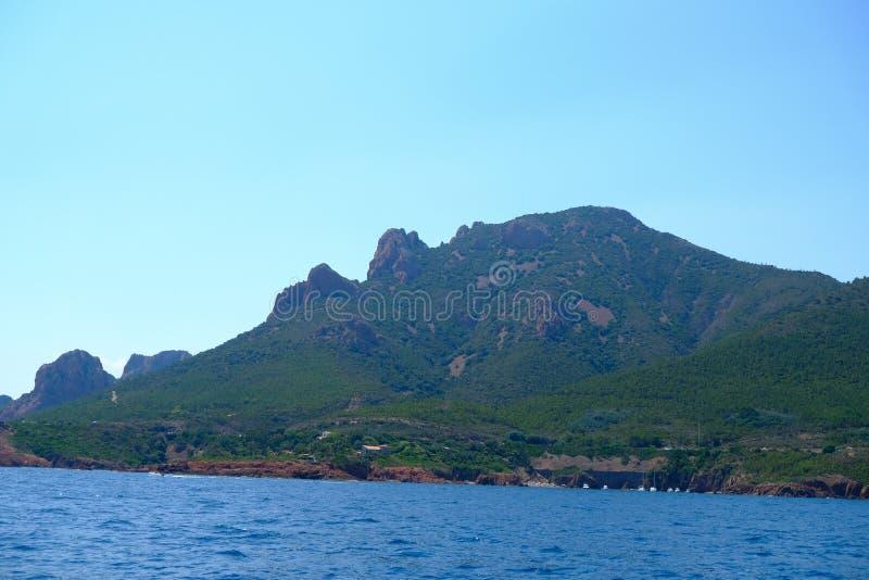 """Το corniche de λ """"esterel που βλέπει από τη θάλασσα σε ένα πορθμείο στοκ εικόνες"""