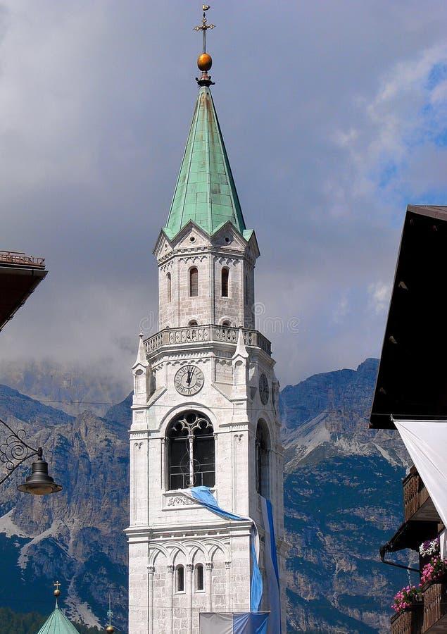 Το Cortina δ ` Ampezzo έχει χιλίων τη χρονών ιστορία και μια μακροχρόνια παράδοση ως τόπο προορισμού τουριστών: Βουνά δολομιτών στοκ εικόνα