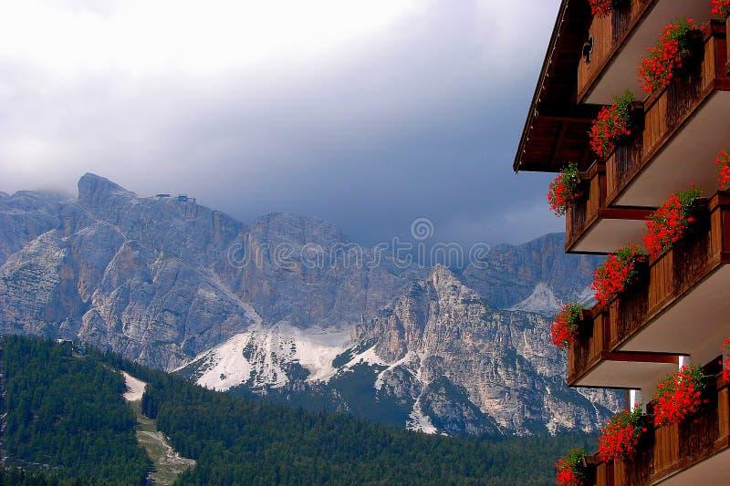 Το Cortina δ ` Ampezzo έχει χιλίων τη χρονών ιστορία και μια μακροχρόνια παράδοση ως τόπο προορισμού τουριστών: Βουνά δολομιτών στοκ εικόνα με δικαίωμα ελεύθερης χρήσης