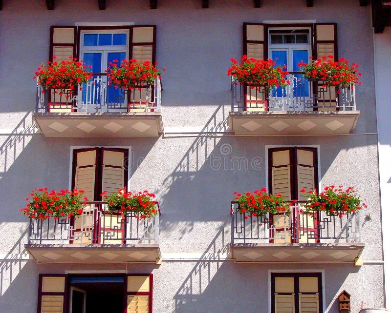 Το Cortina δ ` Ampezzo έχει χιλίων τη χρονών ιστορία και μια μακροχρόνια παράδοση ως τόπο προορισμού τουριστών: Βουνά δολομιτών στοκ φωτογραφία με δικαίωμα ελεύθερης χρήσης
