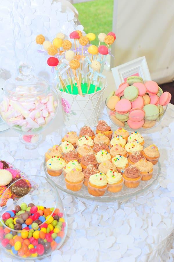 Το Cupcakes, κέικ-σκάει, macaroons, bonbons και marshmallow φραγμός καραμελών στοκ εικόνες με δικαίωμα ελεύθερης χρήσης
