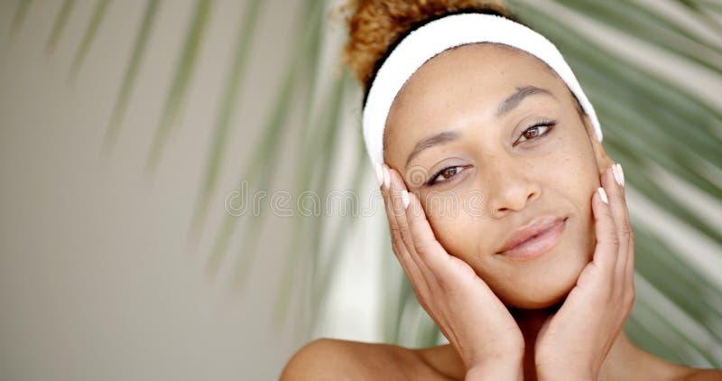 Το cWho γυναικών φροντίζει το πρόσωπό της στοκ εικόνα με δικαίωμα ελεύθερης χρήσης