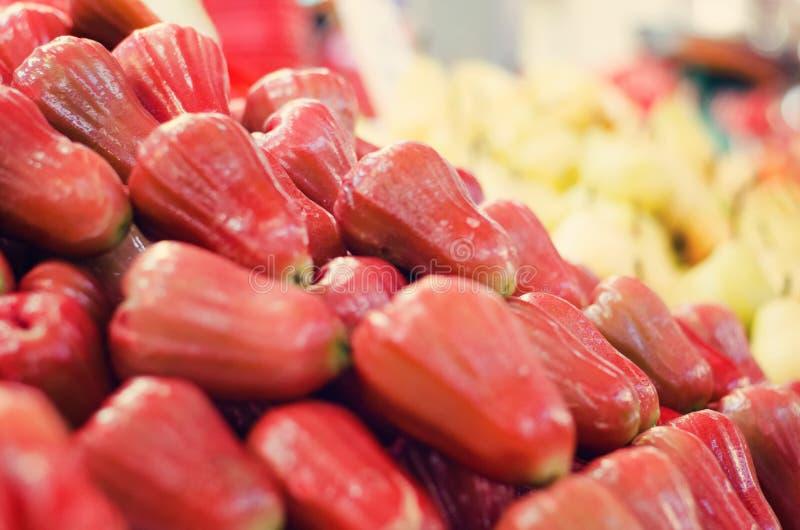 Το Defocus και η θολωμένη εικόνα των φρούτων κουδουνιών ή αυξήθηκαν επίδειξη υποβάθρου μήλων στη φρέσκια αγορά στοκ φωτογραφίες