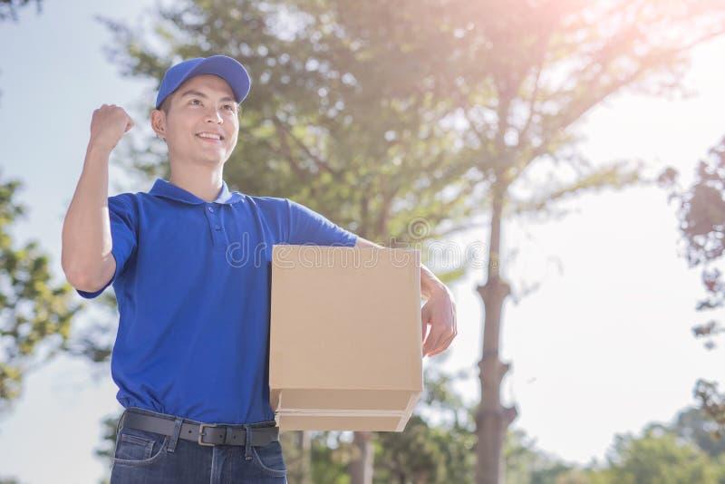 Το Deliveryman κοιτάζει κάπου στοκ φωτογραφίες με δικαίωμα ελεύθερης χρήσης