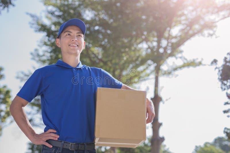 Το Deliveryman κοιτάζει κάπου στοκ φωτογραφία με δικαίωμα ελεύθερης χρήσης