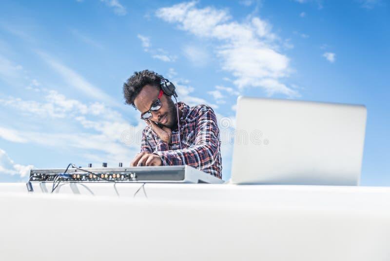 Το DJ περιστρέφει τη μουσική υπαίθρια στη συναυλία στοκ φωτογραφία με δικαίωμα ελεύθερης χρήσης