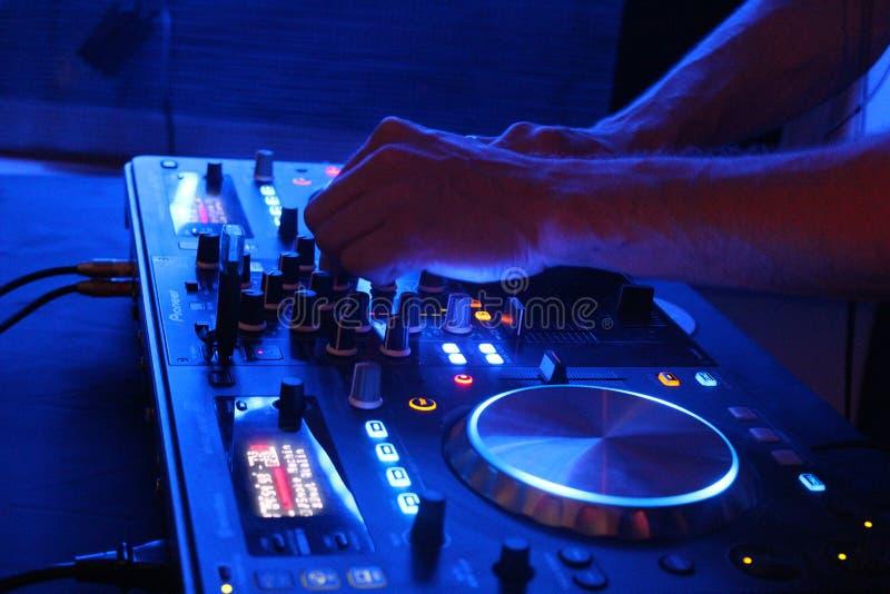 Το DJ συντονίζει στοκ φωτογραφία με δικαίωμα ελεύθερης χρήσης