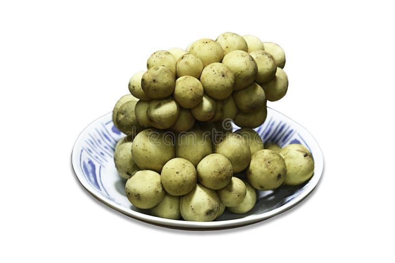 Το domesticum ή Longkong Lansium είναι τα ταϊλανδικά τροπικά φρούτα σε ένα άσπρο υπόβαθρο με το ψαλίδισμα της πορείας στοκ φωτογραφία με δικαίωμα ελεύθερης χρήσης
