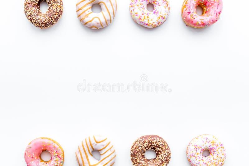 Το Donuts διακόσμησε την τήξη και ψεκάζει στο άσπρο αντίγραφο άποψης υποβάθρου τοπ το διαστημικό σχέδιο στοκ φωτογραφία με δικαίωμα ελεύθερης χρήσης
