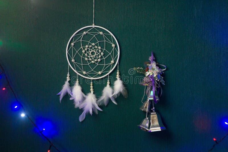 Το Dreamcatcher κρεμά ενάντια στον πράσινο τοίχο στοκ εικόνα