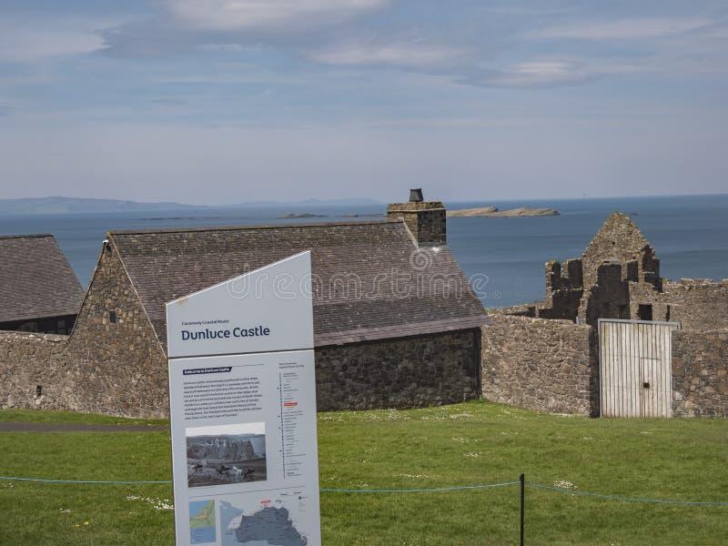 Το Dunluce Castle είναι ένα δημοφιλή ορόσημο και ένα παιχνίδι θέση μαγνητοσκόπησης θρόνων στη Βόρεια Ιρλανδία - BUSHMILLS, ΗΝΩΜΈΝ στοκ εικόνα
